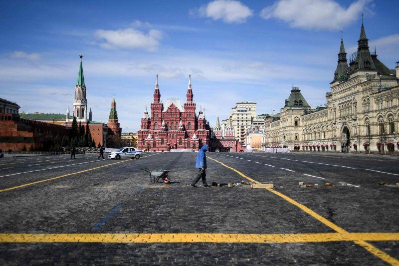 Un homme seul effectue des travaux d'entretien de la voirie sur la place Rouge, à Moscou, le 1er avril 2020. AFP / Kirill KUDRYAVTSEV