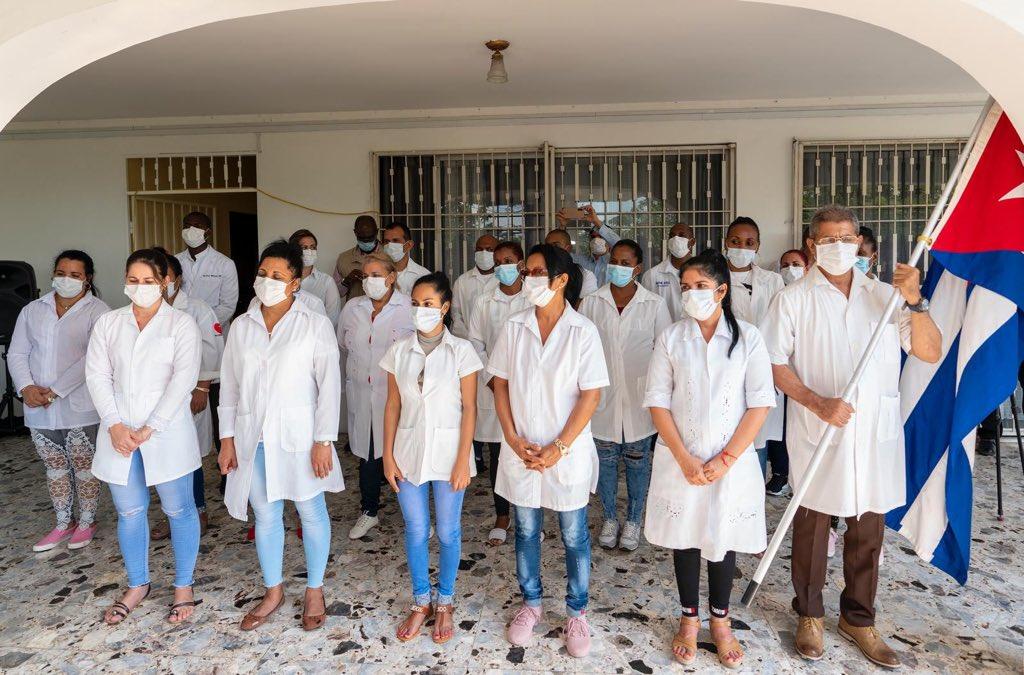 Une partie de la brigade médicale cubaine qui est à l'œuvre en Haïti. Crédit / Photo : Claude Joseph/Twitter