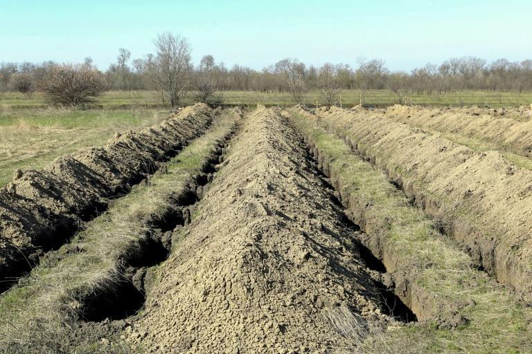 Des tombes qui viennent d'être fraichement creusées, le 7 avril 2020 à Dnipro en Ukraine en cas d'un afflux de morts du Covid-19