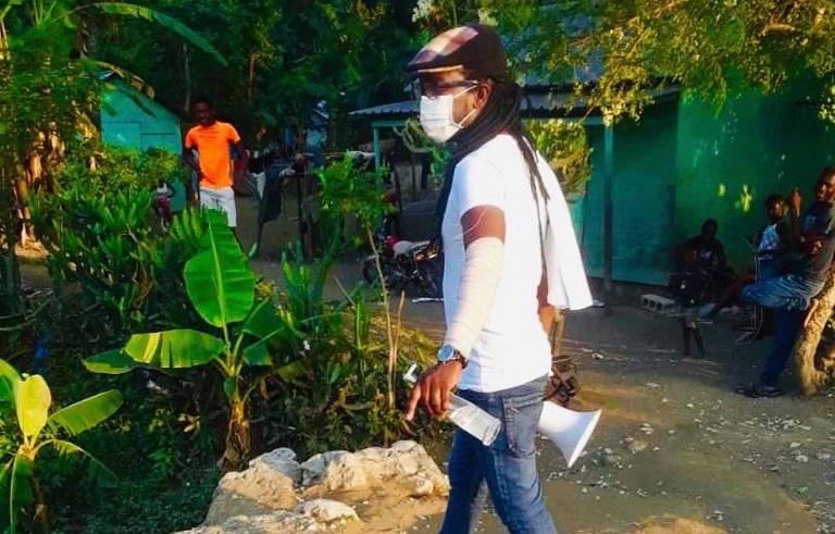 L'artiste haïtien Jean Jean Roosevelt en pleine sensibilisation à Morel dans le département de l'Ouest le 8 avril 2020. /Jean Jean Roosevelt/Twitter