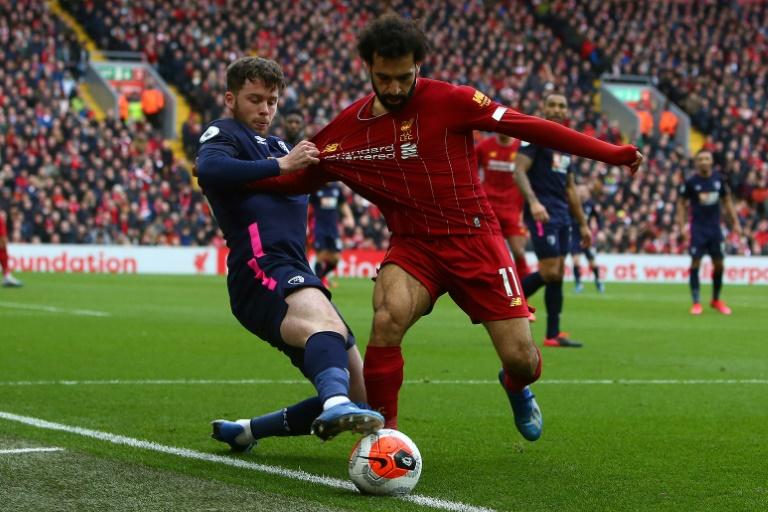Le milieu égyptien de Liverpool, Mohamed Salah (d), à la lutte avec le défenseur de Bournemouth, Jack Simpson, lors du match de Premier League à Anfield, le 7 mars 2020
