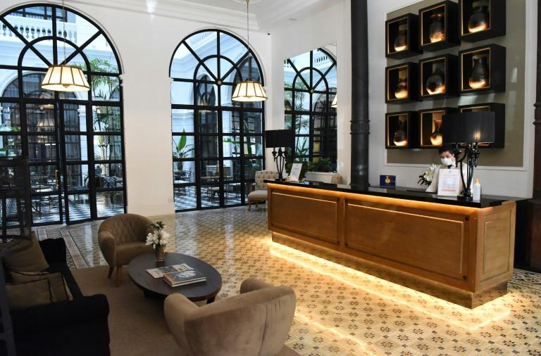 La réception de l'hôtel où l'ancienne star brésilienne du football Ronaldinho est assigné à résidence à Asuncion le 13 avril 2020