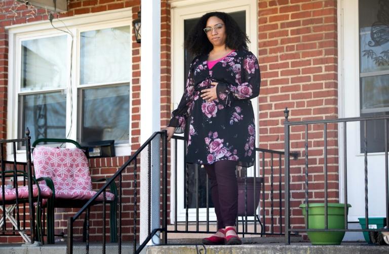 Ashley Esposito, devant son domicile à Baltimore (Maryland), le 6 avril 2020 envisage l'accouchement à domicile en raison du coronavirus
