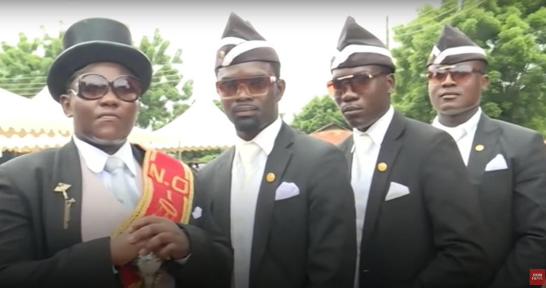 Capture d'écran illustrant les porteurs de cercueils africains / Crédit : BBC Africa