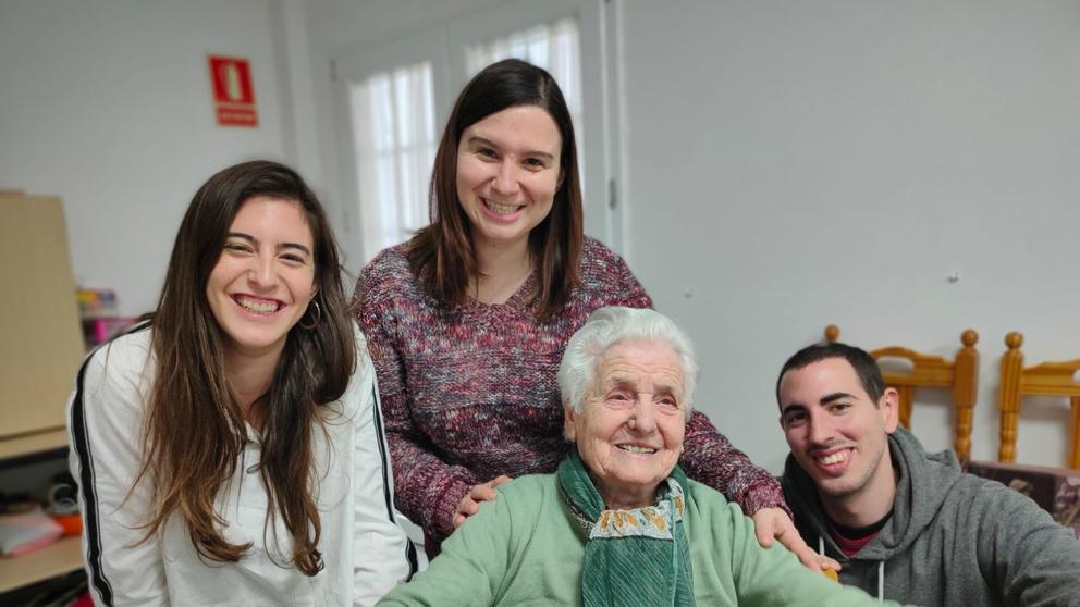 Ana del Valle, la mujer que sobrevivió a la gripe española y, ahora, al coronavirus, junto a sus nietos Alba, Verónica y David (Paqui Sánchez | CharryTV)