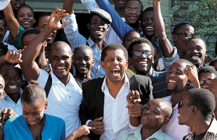 Dany Laferrière entourés par une foule de lecteurs à Livres en folie / Photo : FOKAL