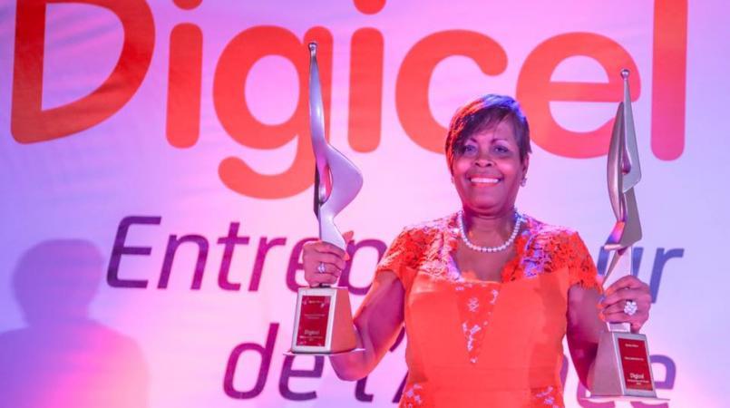 Myrtha Vilbon recevant en 2017 le prix Digicel Entrepreneurde l'année pour son entreprise Glory Industries/ Photo: Loop Haiti