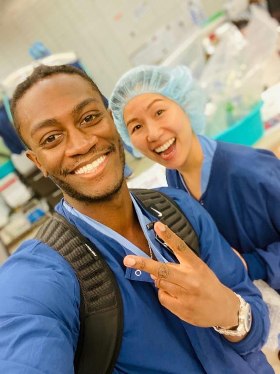 Le Dr Jason Campbell et l'infirmière Le Dr. Jason Campbell, le 10 avril 2020 à l'hôpital universitaire de la santé et des sciences de Portland