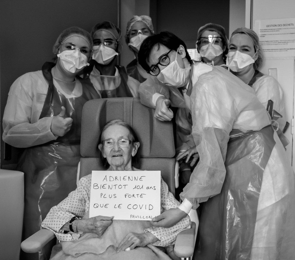 Adrienne, entourée par des membres du personnel de l'hôpital Edouard Herriot/ Photo: HCL sur Twitter