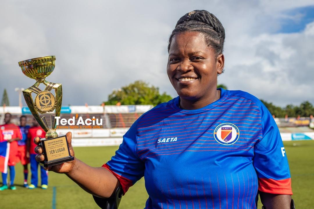 Rosemène Jean brandit la coupe après son sacre en République dominicaine dans le cadre du tournoi en hommage aux victimes du séisme de janvier 2010. Photo : Ted'Actu