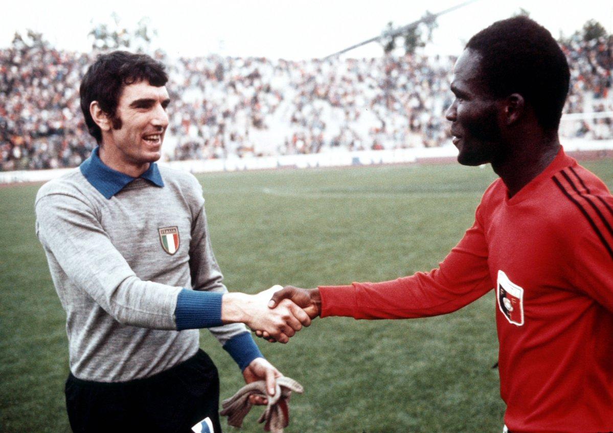 """""""Le sourire du jour est celui de la rencontre entre Dino Zoff et Emmanuel Sanon lors de la Coupe du Monde 1974"""", écrit le compte de la Coupe du monde 2022/ Photo: Twitter/Coupe du monde"""