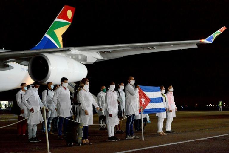 L'équipe médicale cubaine à son arrivée à Prétoria le 27 avril 2020 afp.com - Jacoline Schoonees