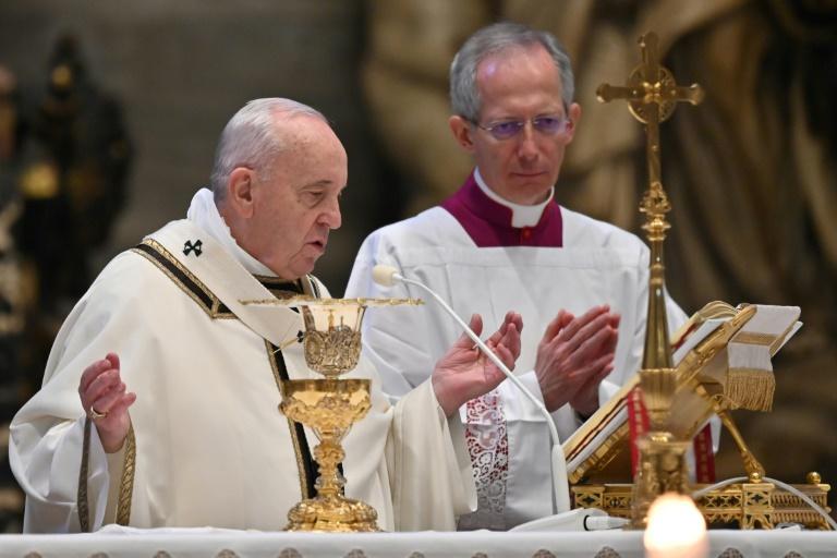 Le pape François célèbre la masse de Pâques dans la Basilique Saint-Pierre fermée aux fidèles, le 12 avril 2020 au Vatican