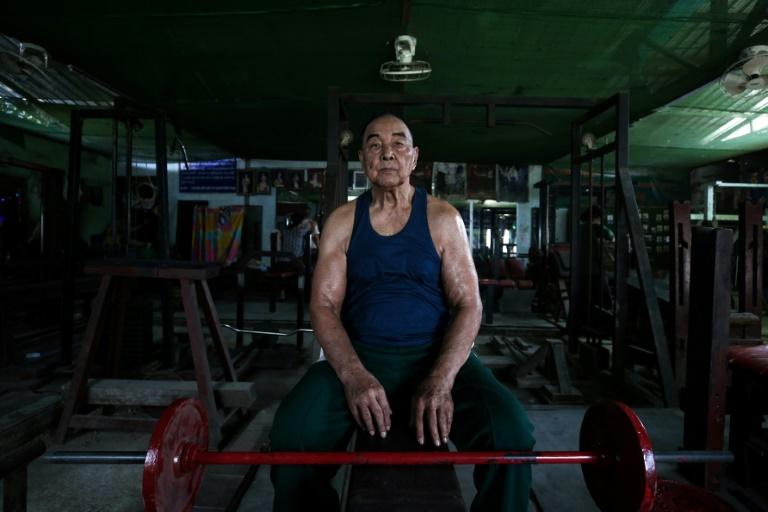 Le bodybuilder birman Sein Maung, 91 ans, pose dans sa salle de sport le 7 février 2020 à Rangoun