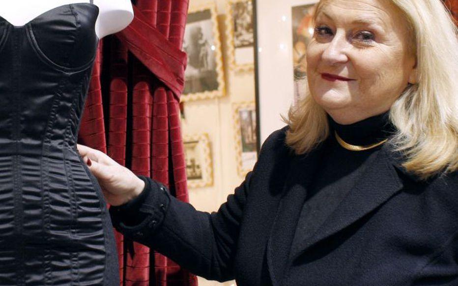 Poupie Cadolle, la descendante d'Herminie Cadolle, inventrice du soutien-gorge en 1889, est toujours à la tête de la maison de lingerie Cadolle.  (AFP/Patrick Kovarik.)
