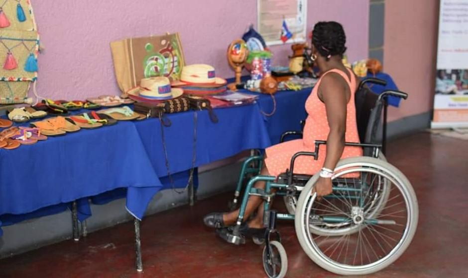 Une femme, utilisant une chaise roulante pour se déplacer. Crédit photo : Page Facebook de l'UFMORH, une organisation de défense des droits des personnes handicapées.