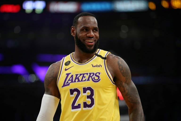 LeBron James lors d'un match de saison régulière NBA avec les Los Angeles Lakers contre les Sixers de Philadelphie le 3 mars 2020 au Staples Center.