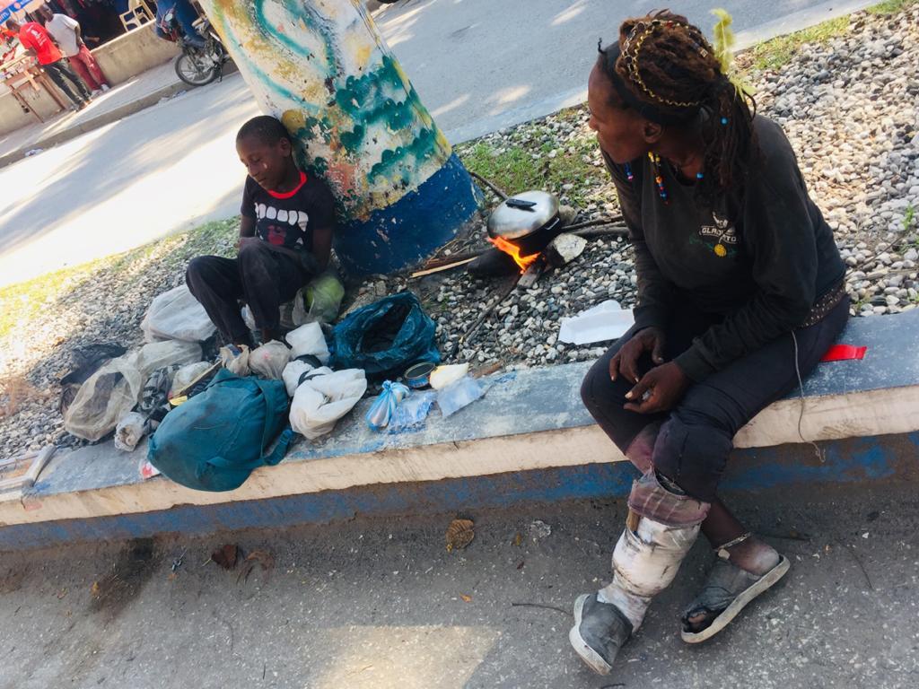 Le petit Dino et sa mère, déficiente mentale, au rond point de la cité Anacaona le 4 avril 2020./ Yveson Pascal