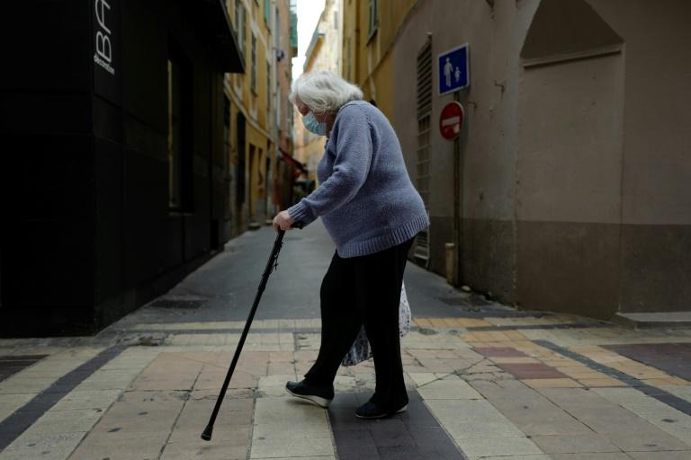 Une personne âgée traverse une rue de Nice, avec un masque de protection, le 22 avril 2020