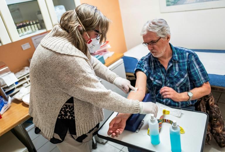 Le docteur Ulrike Leimer-Lipke pratique un test sérologique sur Lothar Kopp dans une clinique de Berlin le 7 avril 2020