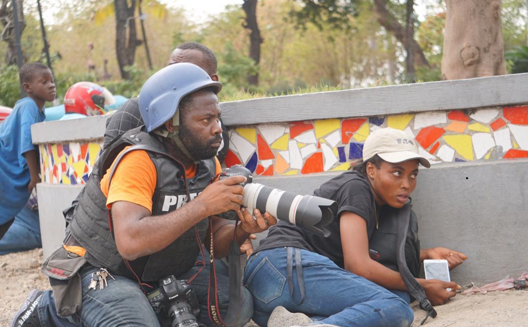 Dieu-Nalio Chery, en plein travail, lors des échanges de tirs entre des policiers et des membres des Forces Armées d'Haïti. Photo: Edris Fortuné.