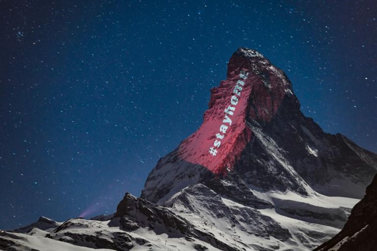 """Le Cervin illuminé par l'artiste suisse Gerry Hofstetter """"en signe d'espoir et de solidarité"""" face à la pandémie de Covid-19 le 1er avril 2020"""