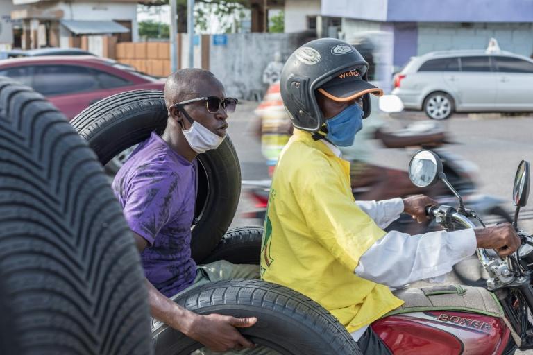 Un motard porte un masque contre le coronavirus Covid-19 à Cotonou le 8 avril 2020. Crédit photo : Yanick Folly (AFP)