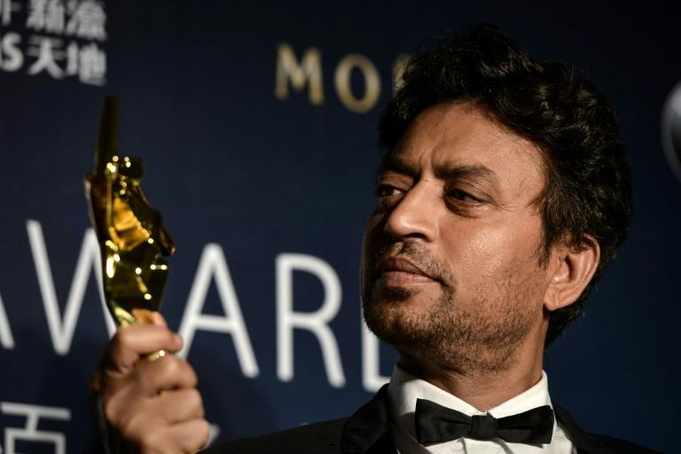 Irrfan Khan pose avec le trophée du meilleur acteur, décerné aux Asian Film Awards, à Macao le 27 mars 2014