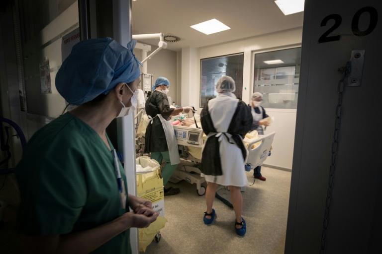 Des soignants s'affairent autour d'un malade du COVID-19, à l'hôpital Lariboisière à Paris, le 27 avril 2020