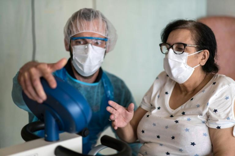 Malika Fisli, atteinte par le coronavirus en mars, lors d'une séance de rééducation avec un médecin de l'unité de médecine physique et réadaptation de l'hôpital Emile Muller, le 29 avril 220 à Mulhouse