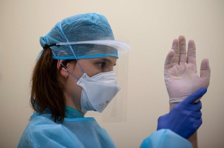 Une kinésithérapeute fait travailler un patient qui se remet de la maladie Covid-19, à la clinique Cemtro de Madrid le 22 mai 2020 afp.com - PIERRE-PHILIPPE MARCOU