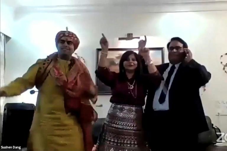 Sushen Dang (gauche) danse avec des membres de sa famille à Bombay (Inde) lors de son mariage par visioconférence le 19 avril 2020, sur une photo transmise par Shaadi.com