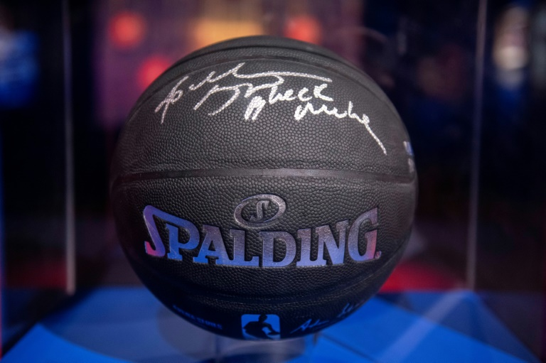 "Un ballon de basket portant la signature de Kobe Bryant et la mention ""Black Mamba"""