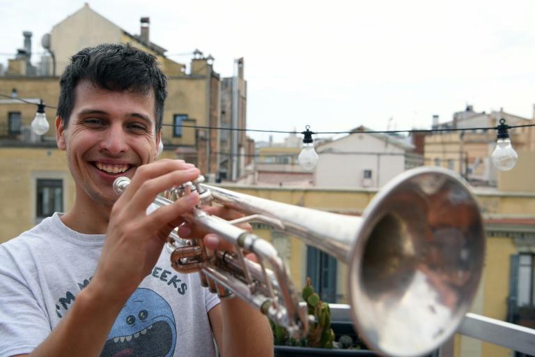 Klaus, des Stay Homas, sur la terrasse de l'appartement où vivent les trois musiciens du groupe, à Barcelone, le 13 mai 2020