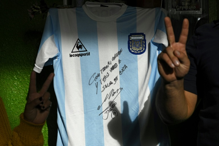 Cette réplique du maillot utilisé par l'Argentine lors du son sacre au Mondial-1986, signé par Maradona, a permis de rassembler de l'argent destiné à un quartier défavorisé de la périphérie de Buenos Aires touché par la quarantaine imposée en raison du nouveau coronavirus. Photo réalisée le 8 mai 2020 à Buenos Aires.