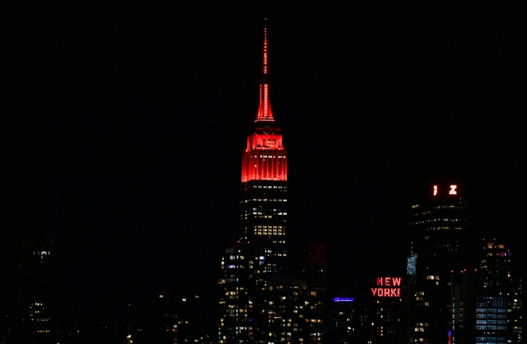 L'Empire State Building illuminé en rouge, le 16 avril 2020 à New York