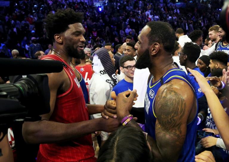 Poignée de mains entre la star LeBron James (à droite) et le pivot camerounais Joel Embiid à l'issue du All Star Game du 16 février 2020 à Chicago