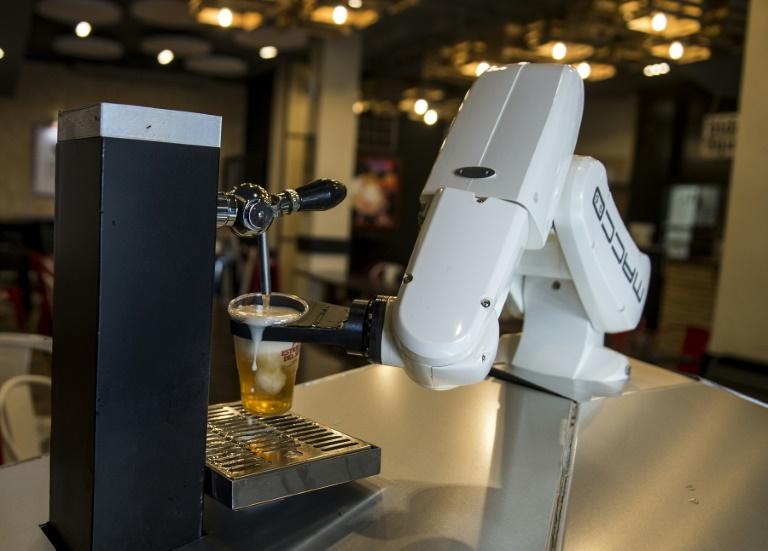 """Le robot """"serveur"""" du bar Gitana Loca, le 17 mai 2020 à Séville, en Espagne"""