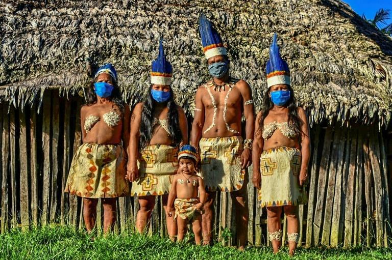 Des membres masqués du peuple indigène Huitoto, à Leticia (Amazonie colombienne), le 20 mai 2020