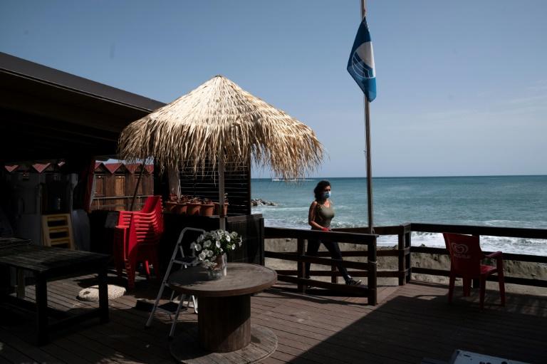 Préparatifs pour accueillir en bord de mer des clients espérés durant la saison estivale après le confinement lié au coronavirus, à Albissola près de Savone en Ligurie, le 14 mai 2020