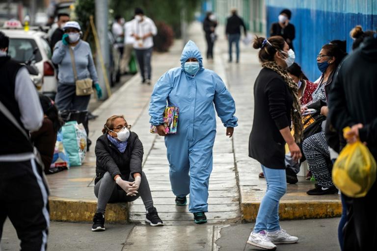Devant les urgences de l'hôpital Alberto Sabogal à Lima, le 27 mai 2020