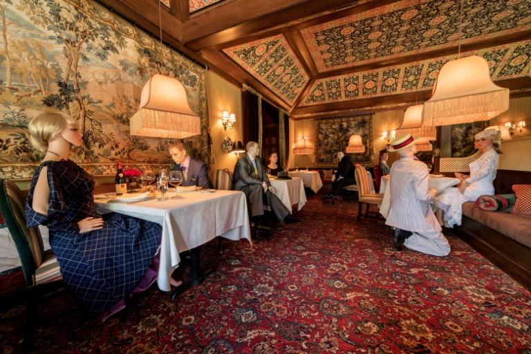 Le restaurant aux trois étoiles Michelin, The Inn at Little Washington, a installé des mannequins aux tables vides pour faire respecter la distanciation sociale, le 14 mai 2020 à Washington, dans l'Etat de Virginie