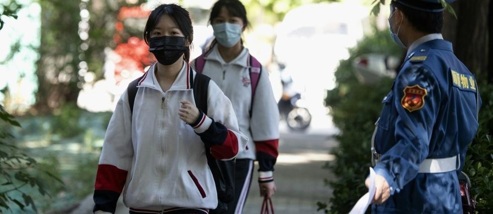 Des collégiennes arrivent en cours, le 11 mai 2020 à Pékin NOEL CELIS AFP