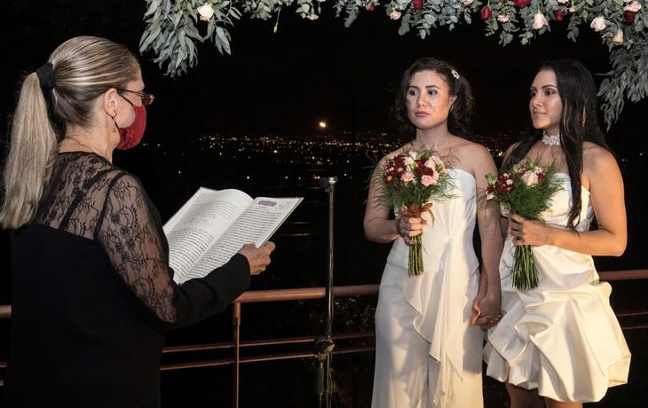 Alexandra Quiros (C) et Dunia Araya (D) se marient juste après la légalisation du mariage pour tous au Costa Rica, à San Isidro de Heredia le 26 mai 2020 / AFP