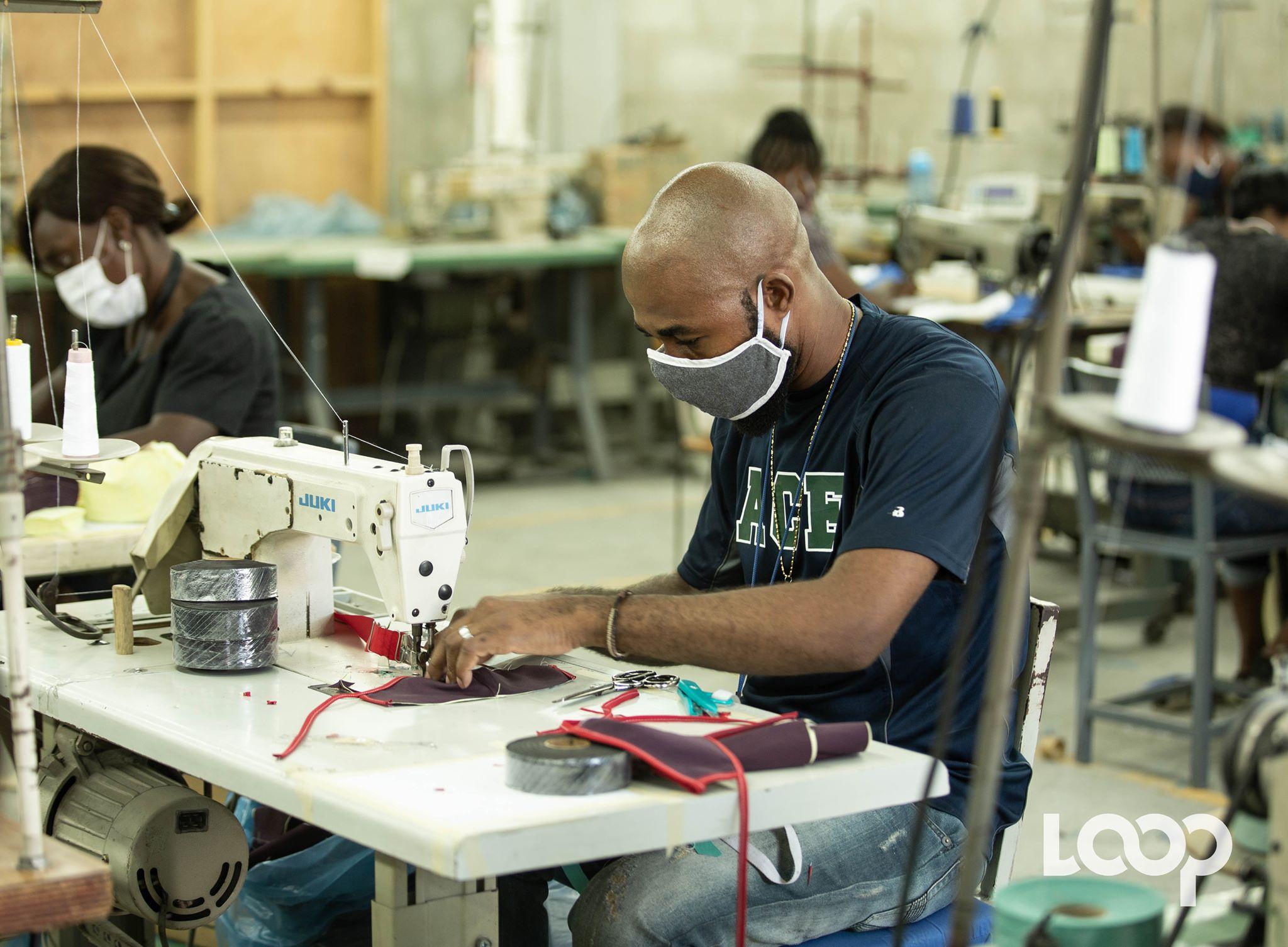 Un ouvrier Sewing Qualityen train de confection un masque / Photo et vidéo: Luckenson Jean