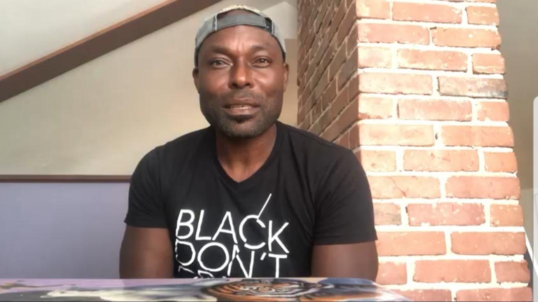 L'acteur international haïtien, Jimmy Jean-Louis, lors de l'enregistrement de sa vidéo. Capture d'écran.