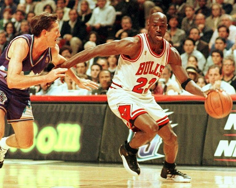 Michael Jordan dans son attitude caractéristique, toute langue dehors, sous le maillot des Chicago Bulls en un contre-un devant Jeff Hornacek des Utah Jazz en finale NBA le 4 jui 1997 à Chicago