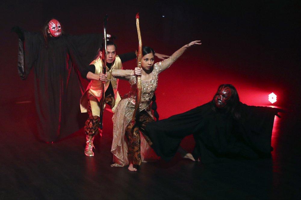 "Indonesian dancers Nala Amyrtha (c), and Siswanto ""Kojack"" Kodrata, (2nd left), perform during a video recording. (Photos: AP)"
