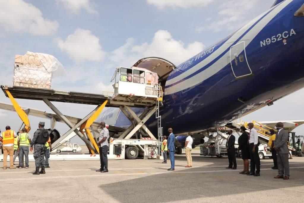 Arrivage de la première cargaison de matériels médicaux, ce jeudi 7 Mai 2020, à l'aéroport international Toussaint Louverture, Port-au-Prince. Crédit Photo: Page Facebook La Présidence.