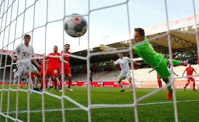 Le défenseur français du Bayern Munich, Benjamin Pavard, marque un but lors du match de Bundesliga sur la pelouse de l'Union Berlin, le 17 mai 2020